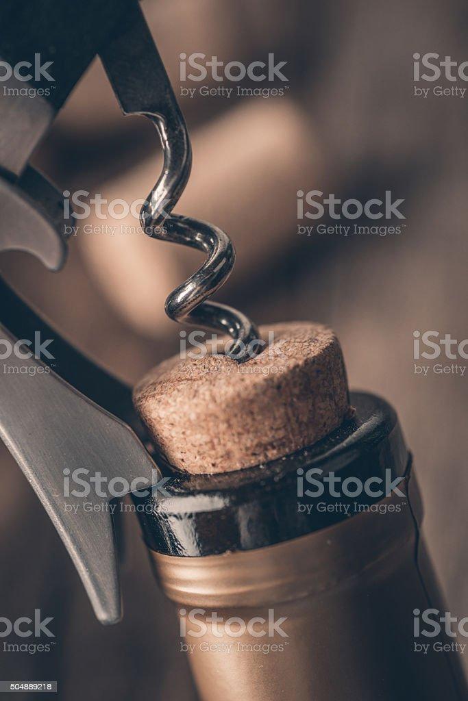 Korkenzieher und eine Flasche Wein auf dem board – Foto