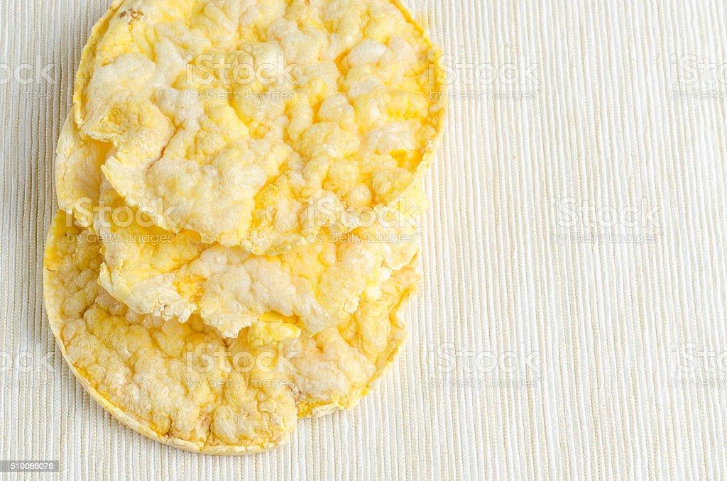 Bolo de milho, espiga de milho recheada com mesa de café da manhã do plano de fundo. - foto de acervo