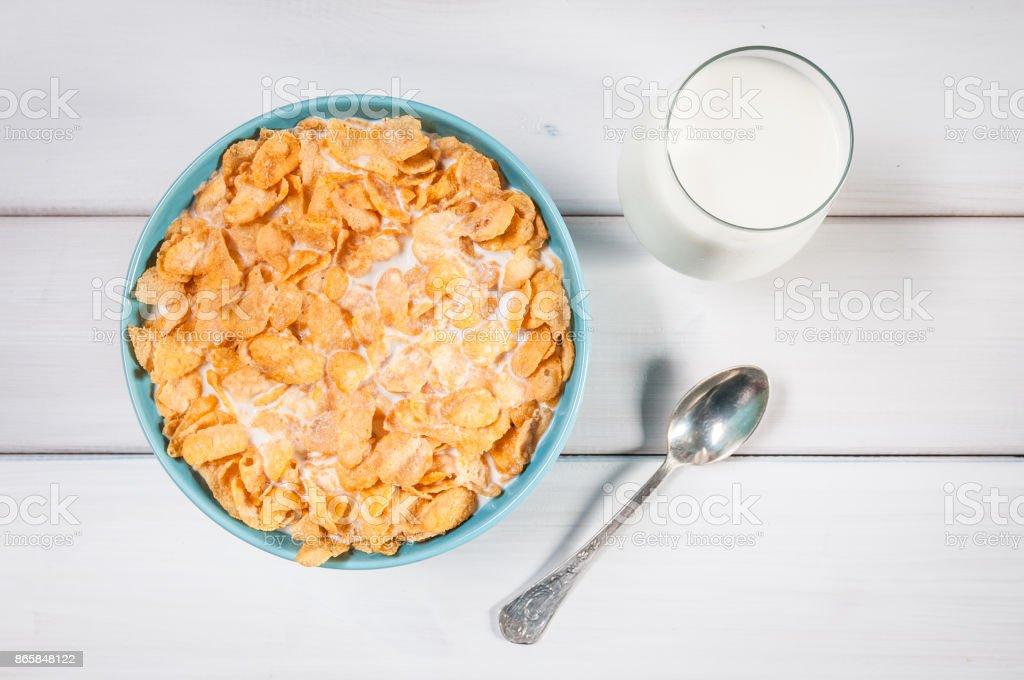 Corn flakes in blue bowl – zdjęcie
