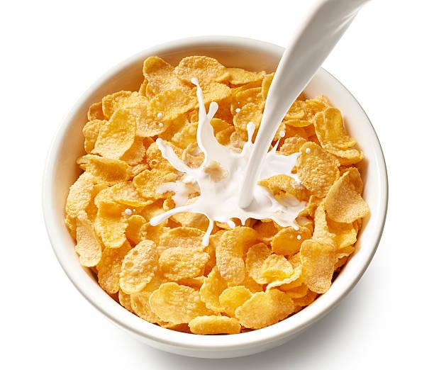 corn flakes (copos de maíz con leche - corn flakes fotografías e imágenes de stock
