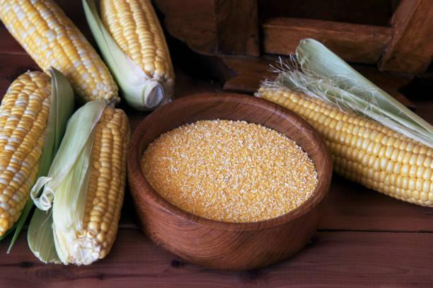 grãos de milho em um fundo de madeira - rolão - fotografias e filmes do acervo
