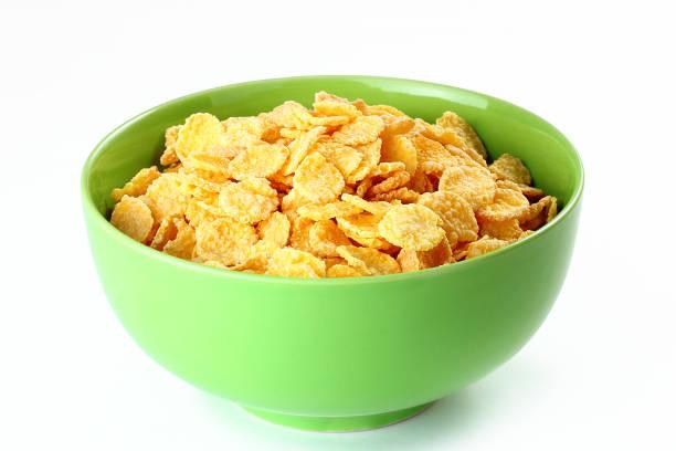 maíz en tazón de cerámica en la tabla - corn flakes fotografías e imágenes de stock