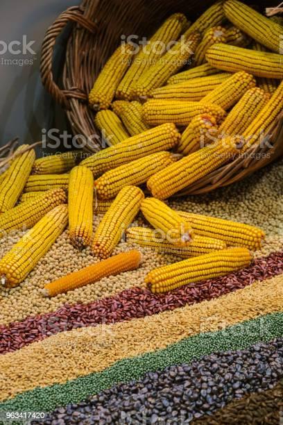 Ziarna Kukurydzy Ułożone W Koszu Wikariusza - zdjęcia stockowe i więcej obrazów Aranżować