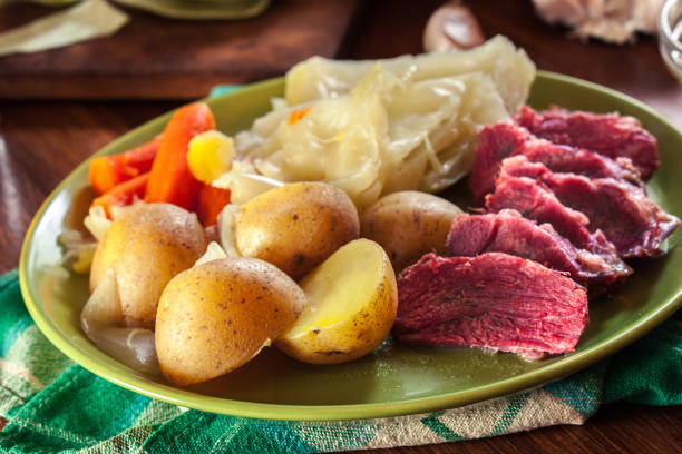 corned beef and cabbage with potatoes and carrots - cavolo foto e immagini stock