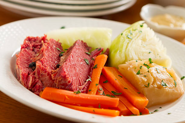 corned beef, carrots, and onion on a white plate - 椰菜 個照片及圖片檔
