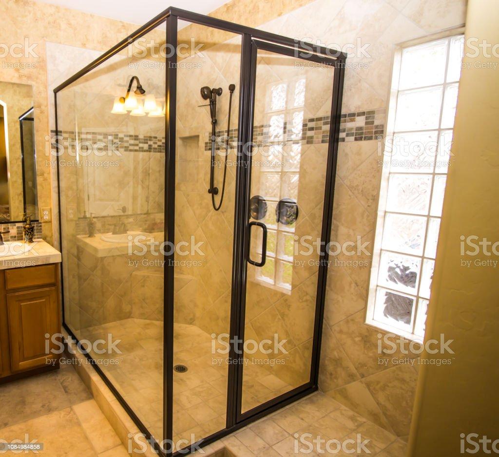 Esquina De Vidrio Ducha En Cuarto De Baño Moderno Foto de ...