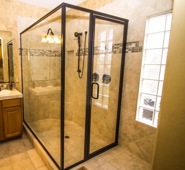 eck-glas-dusche im modernen badezimmer - dusche stock-fotos und bilder