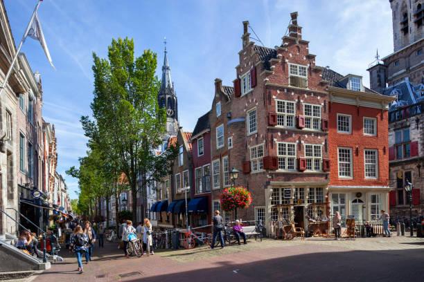 De hoek van de markt en de Voldersgracht in Delft foto