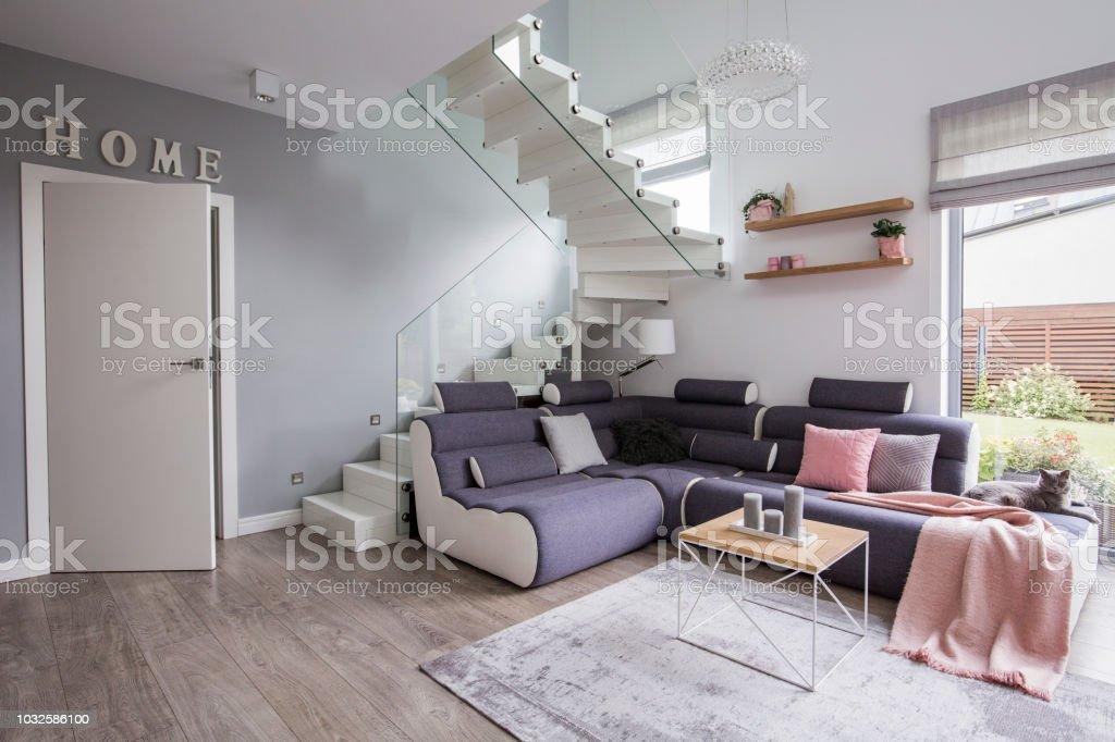 Ecksofa Mit Rosa Decke Neben Treppe Im Inneren Der Wohnung Mit Tur Und Tisch Echtes Foto Stockfoto Und Mehr Bilder Von Blau