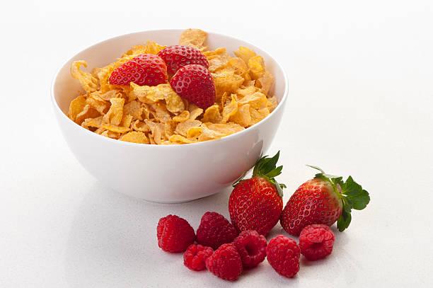 cornflakes en un tazón con fresas - corn flakes fotografías e imágenes de stock
