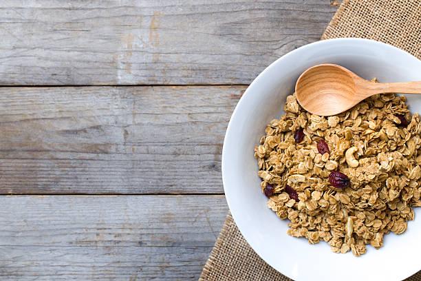 cornflakes sul tavolo di legno al mattino - foto stock