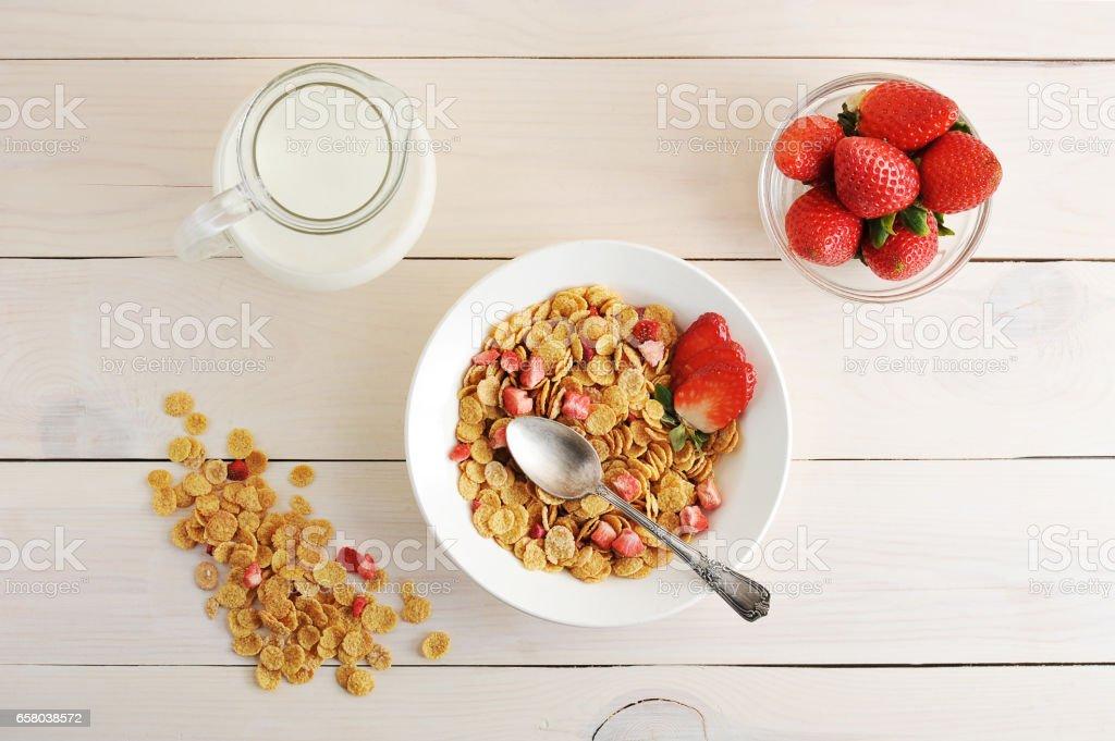 flocos de milho com morangos e leite - um pequeno-almoço saudável - foto de acervo
