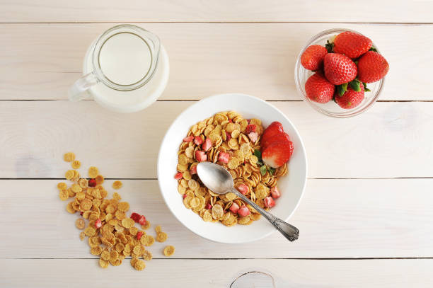 cornflakes with strawberries and milk - a healthy breakfast - top view, wood table, empty imagens e fotografias de stock