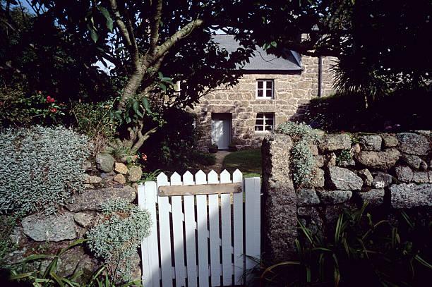 cornish cottage - steine für gartenmauer stock-fotos und bilder