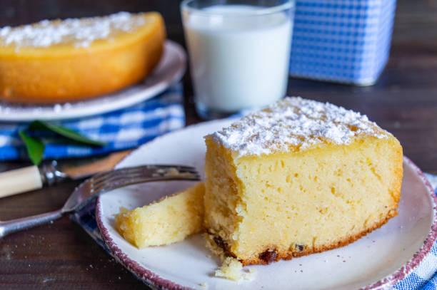 가루 설탕으로 장식 된 옥수수 가루 케이크 - 폴렌타 죽 뉴스 사진 이미지