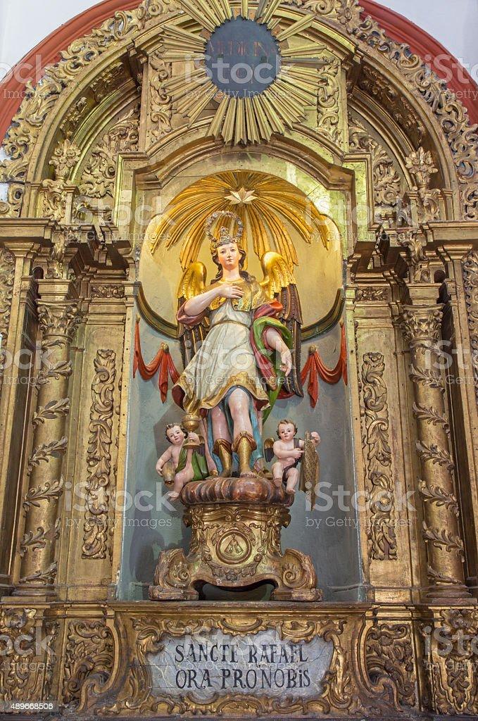 Corodoba la cortan y polychrome estatua del arcángel Raphael - foto de stock