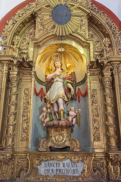 Corodoba-esculpida e policromada a estátua do anjo Raphael - foto de acervo