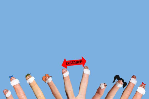 corona vírus precaução pandemia com dedos usando máscara e rostos engraçados - foto de acervo
