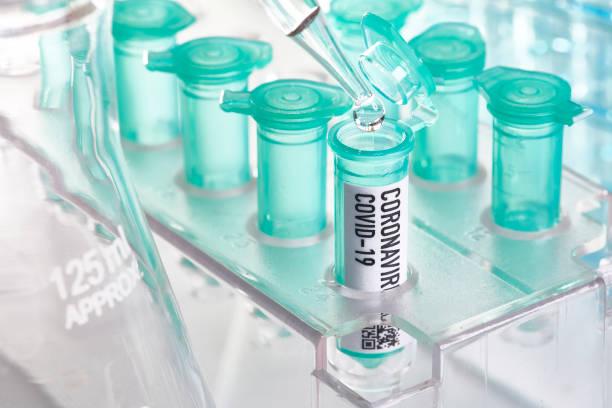 Corona-Virus: Durchstechflasche mit Pipette im Labor – Foto