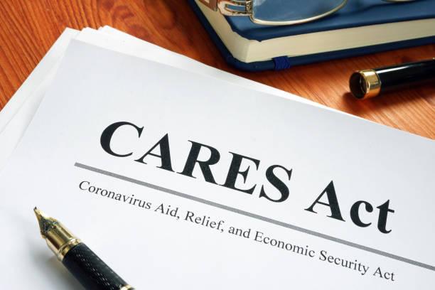coronavirus stöd, relief, och ekonomisk säkerhet cares lagen på skrivbordet. - omsorg bildbanksfoton och bilder