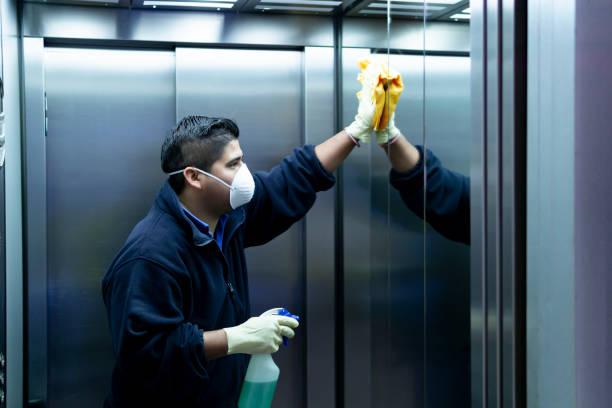 coronavírus. limpeza pessoal desinfetando elevador para evitar contágio - higiene - fotografias e filmes do acervo