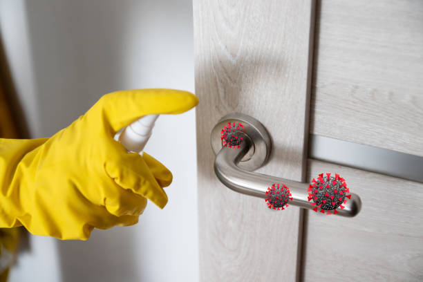 coronavirus, covid 19 skydd. kvinna desinficerar och rengör dörrhandtaget med antibakteriella våtservetter för att skydda mot virus, bakterier och bakterier under coronavirus - resistance bacteria bildbanksfoton och bilder
