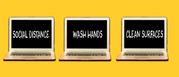 Coronavirus COVID-19 Gesundheitsschutzrichtlinien. drei Laptop mit Regeln, praxis soziale Entsung, Hände waschen, Oberflächen reinigen, Hände waschen, zu Hause bleiben. – Foto