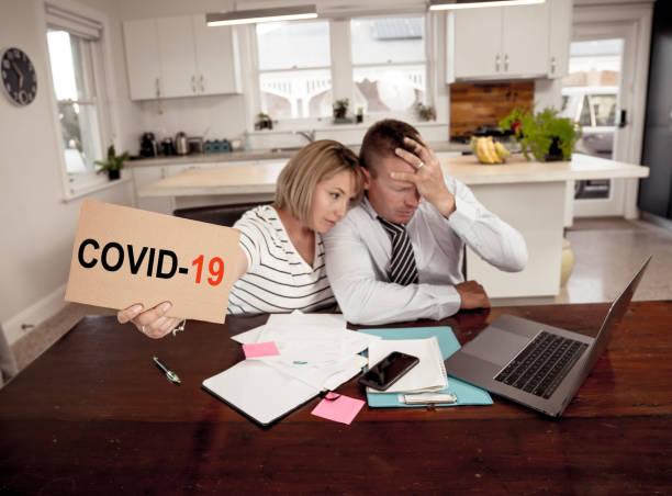 Coronavirus wirtschaftliche Rezession. Familienpaar in der Not des Arbeitsplatzverlustes besorgt über Rechnungen, Kreditschulden, Kredite und Hausfinanzen. Auswirkungen von COVID-19-Pandemie-Shutdowns und der globalen Wirtschaftskrise. – Foto