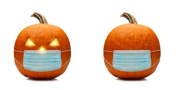 coronavirus halloweeen calabaza o jack o'lantern con máscara protectora para la cara - halloween covid fotografías e imágenes de stock