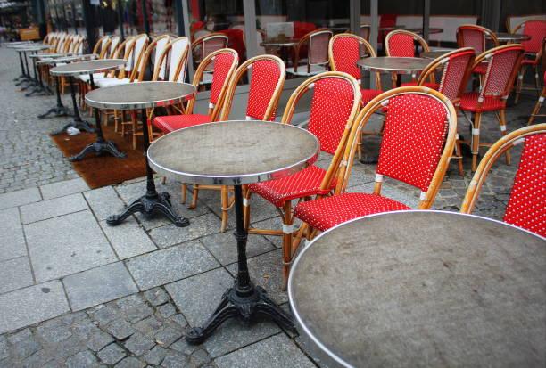 impact coronavirus, restaurants vides et tables de café - covid france photos et images de collection