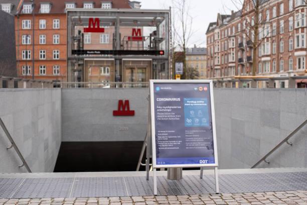 Señal de información sobre coronavirus en la estación de metro de Copenhague, Dinamarca - foto de stock