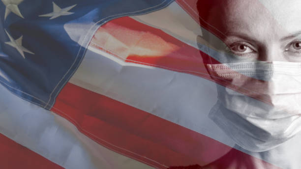 Surto de coronavírus. Rosto de mulher com máscara médica com bandeira dos Estados Unidos - foto de acervo