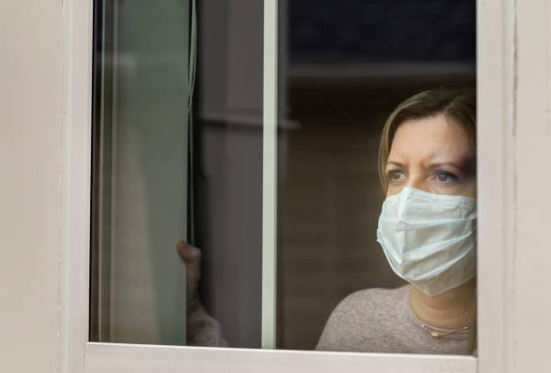 coronavirus (covid-19) patient selbst isoliert zu hause medizinische maske - standbildaufnahme stock-fotos und bilder