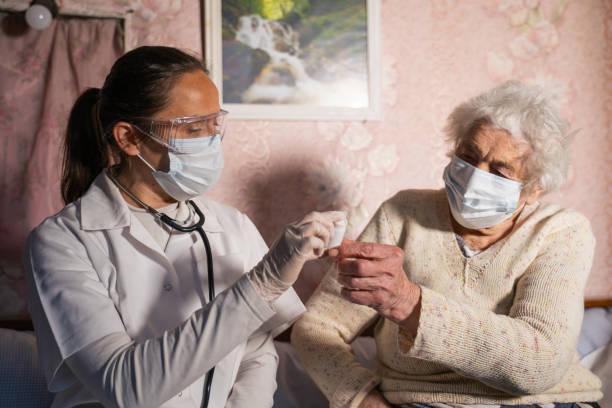 Coronavirus protection doctors home visiting during the quarantine picture id1214593216?b=1&k=6&m=1214593216&s=612x612&w=0&h=5kpujwrrkthciwkrptcjiqp9zw6ux0npaphc991sj m=