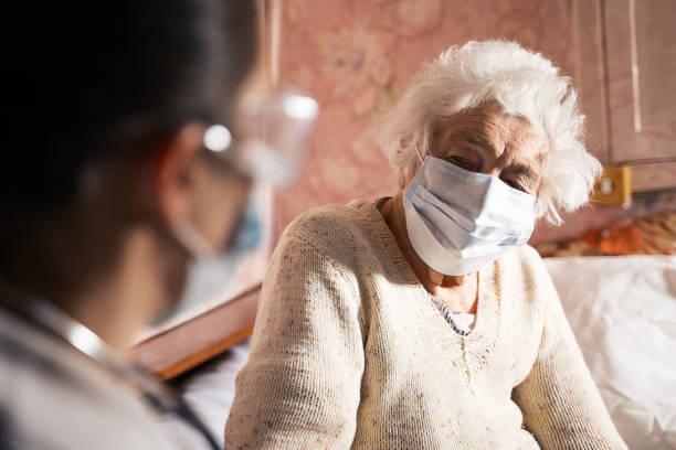 코로나 바이러스 보호. 검역 중 여성 의사 집 방문. - 팬데믹 질병 뉴스 사진 이미지