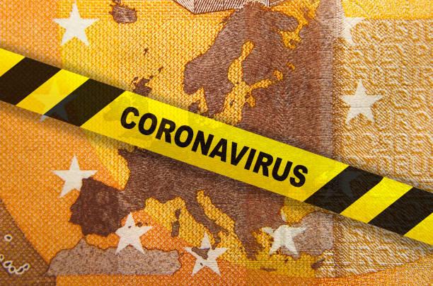 quarantaine de coronavirus en europe. concept. billet de 50 euros avec carte de l'ue et ruban jaune. - europe centrale photos et images de collection