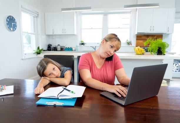 Coronavirus bleiben zu Hause. Gestresste Mutter zu bewältigen mit Fernarbeit und gelangweilte Tochter. COVID-19-Abschaltungen und Quarantänen zwingen Eltern, von zu Hause aus zu arbeiten und zu Hause zu arbeiten. – Foto