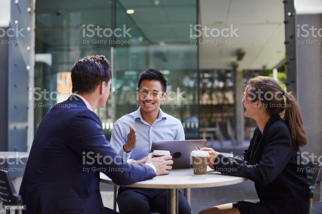 Corporate Business-Meeting im Freien unterwegs. – Foto