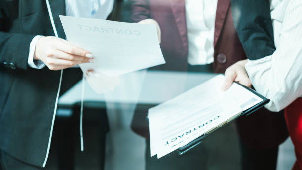 abogados corporativos gran negocio discusión contrato - foto de stock