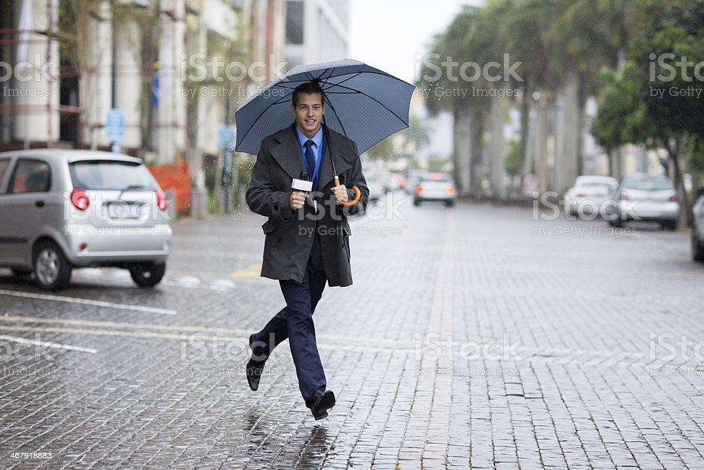 Correspondente correndo para últimas notícias - foto de acervo