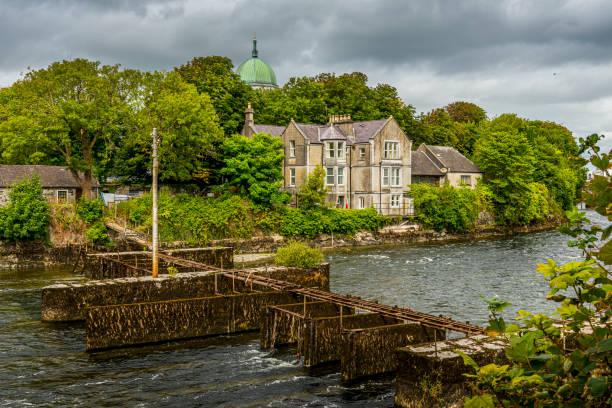 Corrib River mit alter Fischerbrücke in Galway – Foto