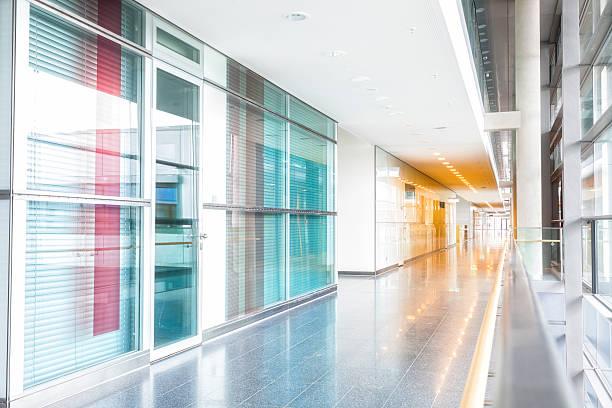 korridor und büros in modernen gebäude - büro zukunft und niemand stock-fotos und bilder