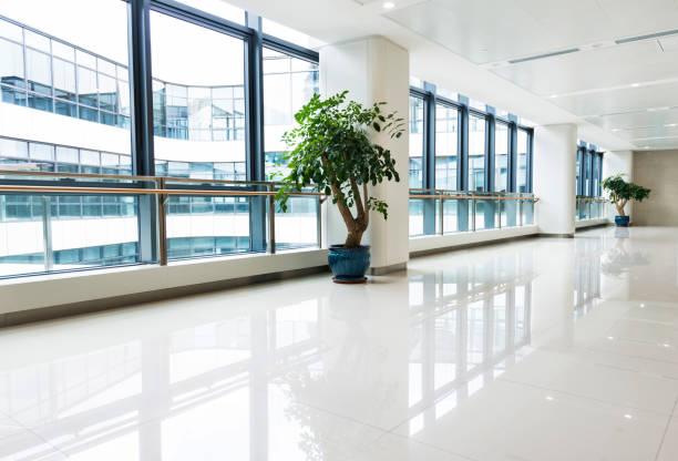 Korridor im Krankenhaus mit Glaswand – Foto