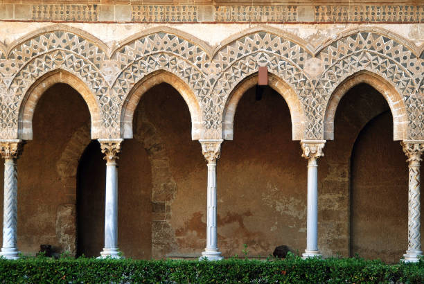 パレルモ近くの回廊モンレアーレの庭の廊下(シチリア、イタリア) - ムーア様式 ストックフォトと画像