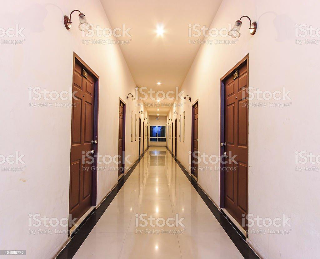 Lungo Il Corridoio In Inglese : Prospettiva del lungo corridoio in hotel fotografie stock e