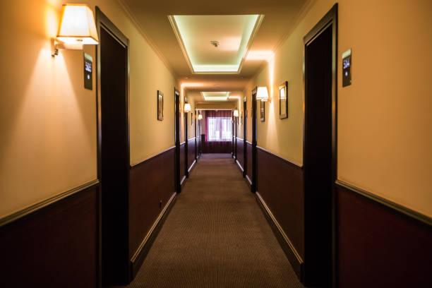 ホテルの廊下 - 廊下 ストックフォトと画像