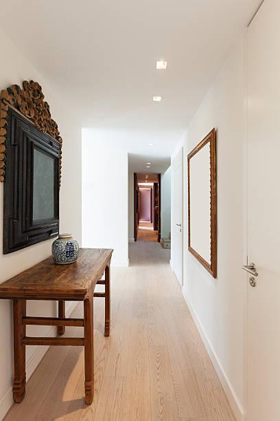 korridor eines modernen apartment - schmaler tisch stock-fotos und bilder