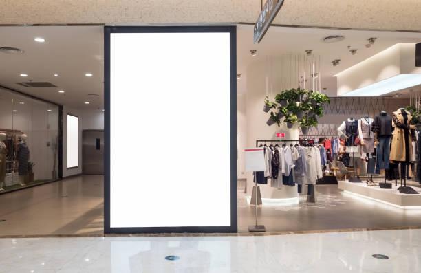 korridor des modernen shopping mall - schild mode stock-fotos und bilder