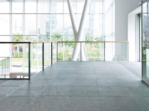 Flur mit Geländer im Bürogebäude – Foto