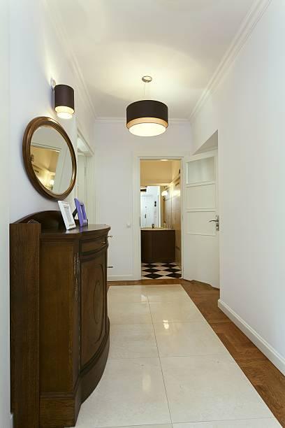korridor mit vintage-möbeln - dielenkommoden stock-fotos und bilder